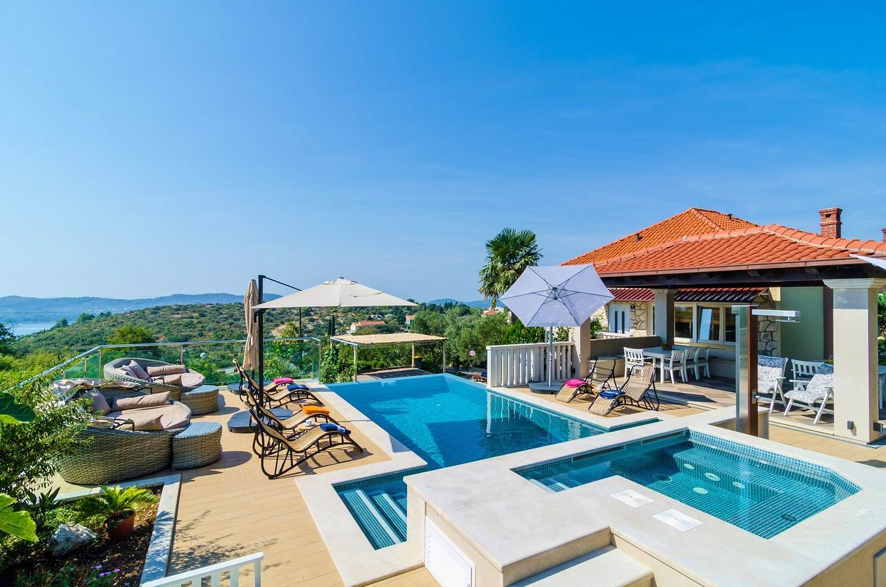 Villa mediterranean with pool to rent in dubrovnik for Luxury mediterranean villas